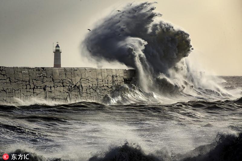 """""""埃莉诺""""风暴登陆英国 巨浪似要""""吞噬""""灯塔"""