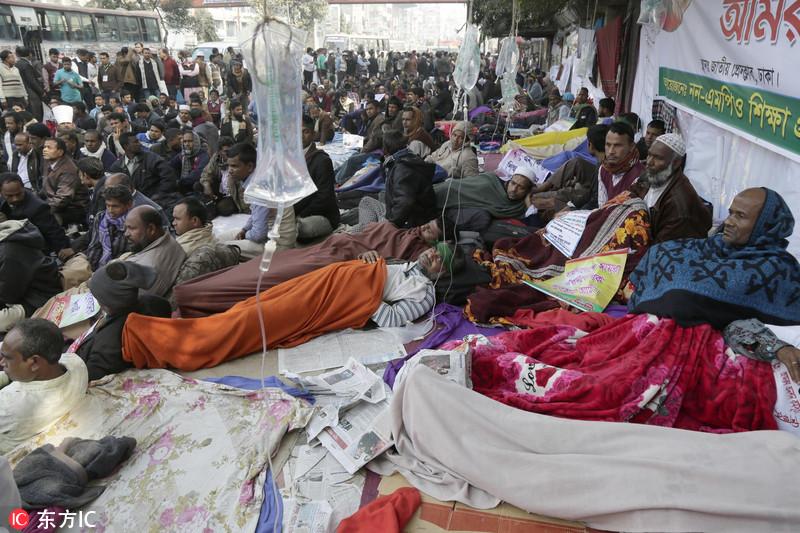 孟加拉抗议教师节食超5天 边吊盐水边示威