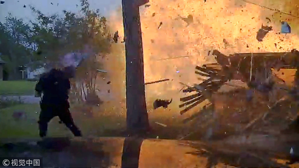 美国得州一所房子爆炸如大片 因汽车撞上煤气管道