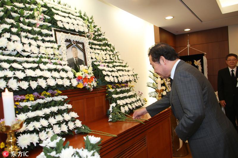 韩总理李洛渊吊唁抗日爱国志士 下跪默哀