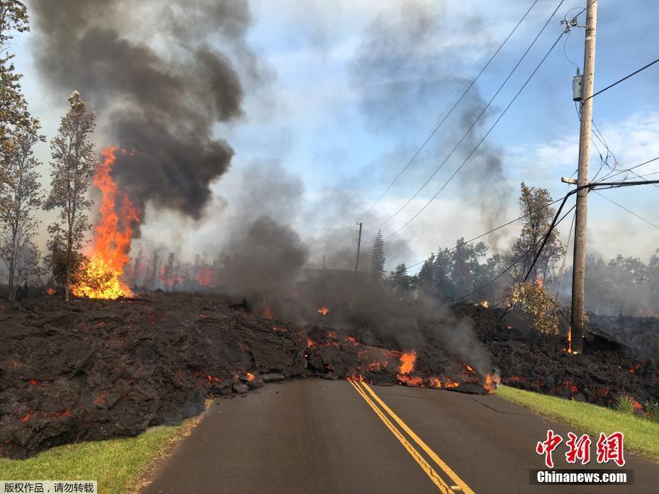 夏威夷基拉韦厄火山喷发 滚烫熔岩横穿公路