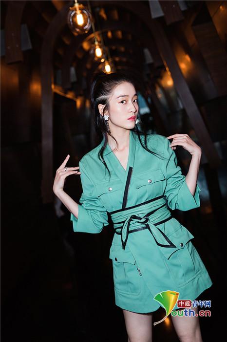 张雪迎拍写真果绿色西装hin吸睛 挑战浓妆玩美艳