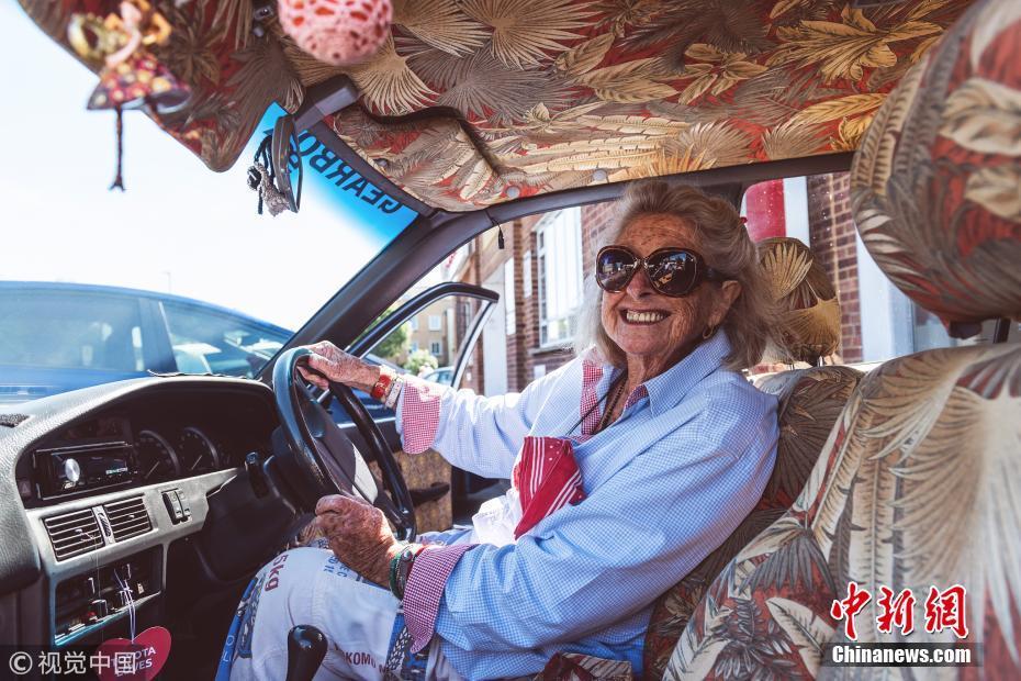 80岁奶奶为看女儿 历时一年从南非自驾到伦敦